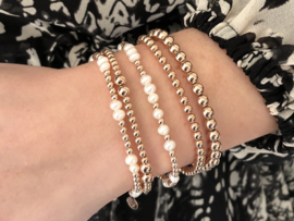Armband Mina met rosé real gold plated balletjes en witte zoetwaterparels