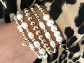 Armband Aurora met real gold plated balletjes en witte ovale zoetwaterparels