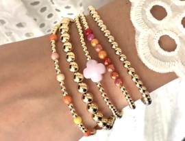 Armband Jalou met gouden balletjes en roze klavertje