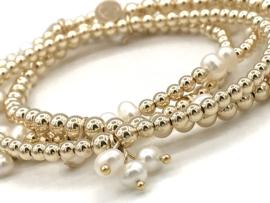 Armband Erva met real gold plated balletjes en bedeltjes van witte pareltjes