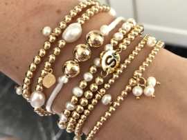 Armband Chloe met real gold plated balletjes en witte zoetwaterpareltjes