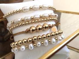 Armband Karlijn met real gold plated balletjes en 3 witte ovale zoetwaterparels