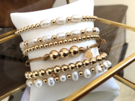 Armband Nena met real gold plated balletjes en witte ovale zoetwaterparels