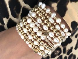 Armband Karlijn met gouden balletjes en 3 ovale zoetwaterparels