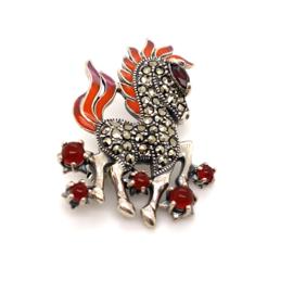 Occasion zilveren paard broche met markasiet, carneool en emaille lak