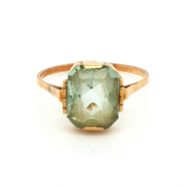 Occasion gouden ring met licht groene steen