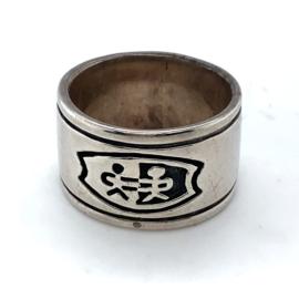 Occasion handgemaakte ring met een logo