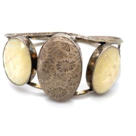 Zilveren handgemaakte klemarmband met versteend koraal en opaaldoublet