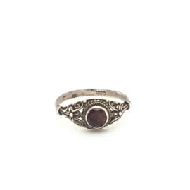 Occasion versierde ring met rode granaat edelsteen