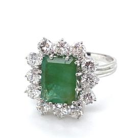 Occasion witgouden prachtige entourage ring met smaragd en diamant 1.80ct