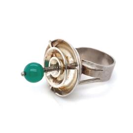 Occasion handgemaakte, zeer aparte ring met een groene agaat