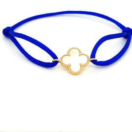 Armband satijn kobalt blauw met parelmoer klaver en goud