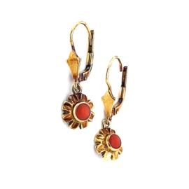 Occasion gouden oorhangers met bloedkoralen