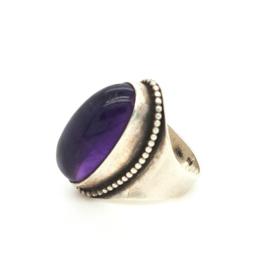 Occasion ring met amethist edelsteen en zilver pareldraad
