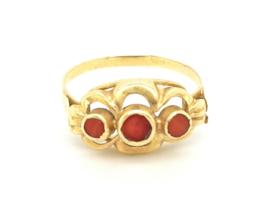 Occasion gouden ring met 3 bloedkoralen