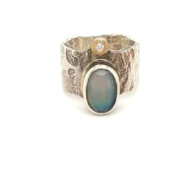 Occasion handgemaakte ring met opaal en diamant 0.07ct