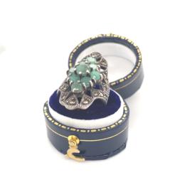 Occasion zilveren ring met markasiet en smaragd