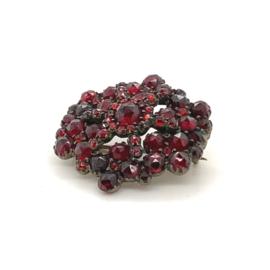Occasion broche rijk versierd met rode steentjes