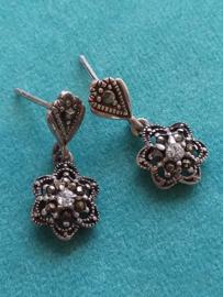 Occasion zilveren bloem oorbellen ingelegd met markasiet