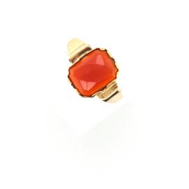 Occasion gouden ring met facetgeslepen carneool