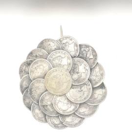Zilvere speld met muntjes dubbeltjes