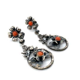 Occasion zilveren oorbellen met bloedkoraal en florale elementen