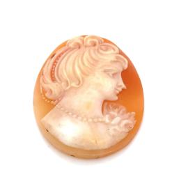 Oranje witte schelpcamee met een naar rechts kijkende vrouw