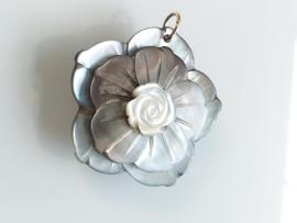 Occasion parelmoer bloem hanger met gouden oog
