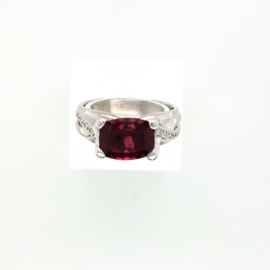 Occasion witgouden ring met rode spinel en 12 diamantjes