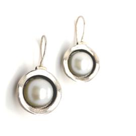 Zilveren gegolfde oorhangers met witte zoetwaterparel