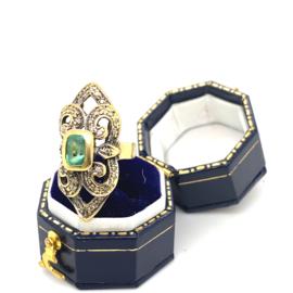 Occasion gouden opengewerkte ring met smaragd en diamantjes