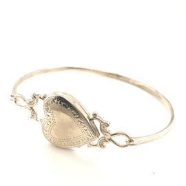 Occasion zilveren bangle met een hartvormig medaillon