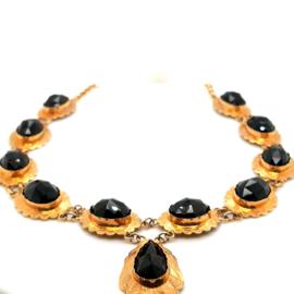 Occasion gouden collier met ovaal en peer geslepen granaat