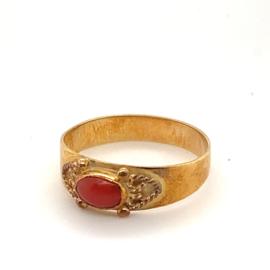 Occasion gouden ring met rode bloedkoraal