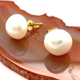 Occasion oorknoppen met witte barokvormige zoetwaterparels