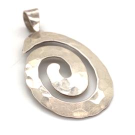 Occasion zilveren gehamerde ovale fantasie hanger
