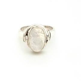 Occasion zilveren ring met ovale regenboog maansteen