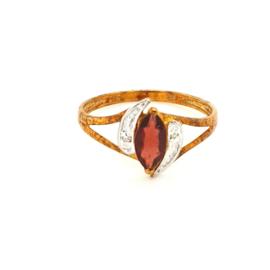 Occasion ring met een granaat en 2 diamantjes