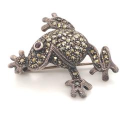 Occasion zilveren kikker broche met markasiet