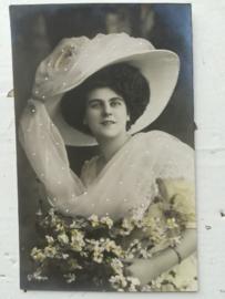 Ansichtkaart Vrouw met Hoed en relief steentjes
