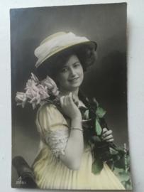 Ansichtkaart Vrouw met Rozen