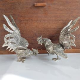 Tafelstukken 2 verzilverde vechtende hanen