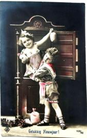Ansichtkaart Spelende kinderen met relief