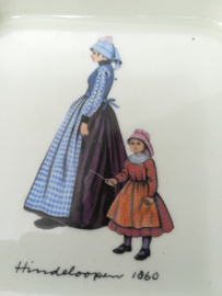 Villeroy and Boch Klederdracht gebaksbordje Hindeloopen 1860
