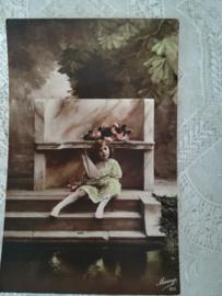 Ansichtkaart Meisje bij altaar