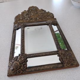 Antieke gepatineerde latoen koperen spiegel
