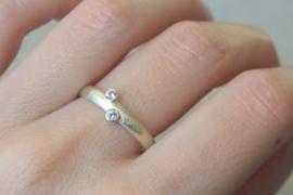 Oude trouwring van haar moeder aangepast naar een ring voor haarzelf - Geelgoud met Saffiertjes