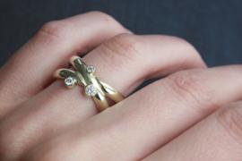 2  trouwringen tot 1 vermaakt, goud met 3 diamanten