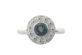 Ring 'Bloemenkrans rond London Blue Topaas'