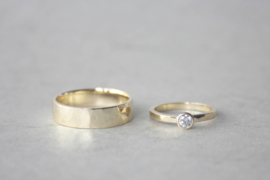 Trouwringen R&C geelgoud met hamerslag en diamant